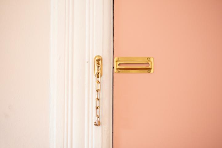 Bild av en dörr med en låskedja på